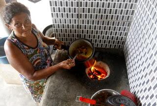 Famílias no Ceará voltam a usar carvão após alta do gás